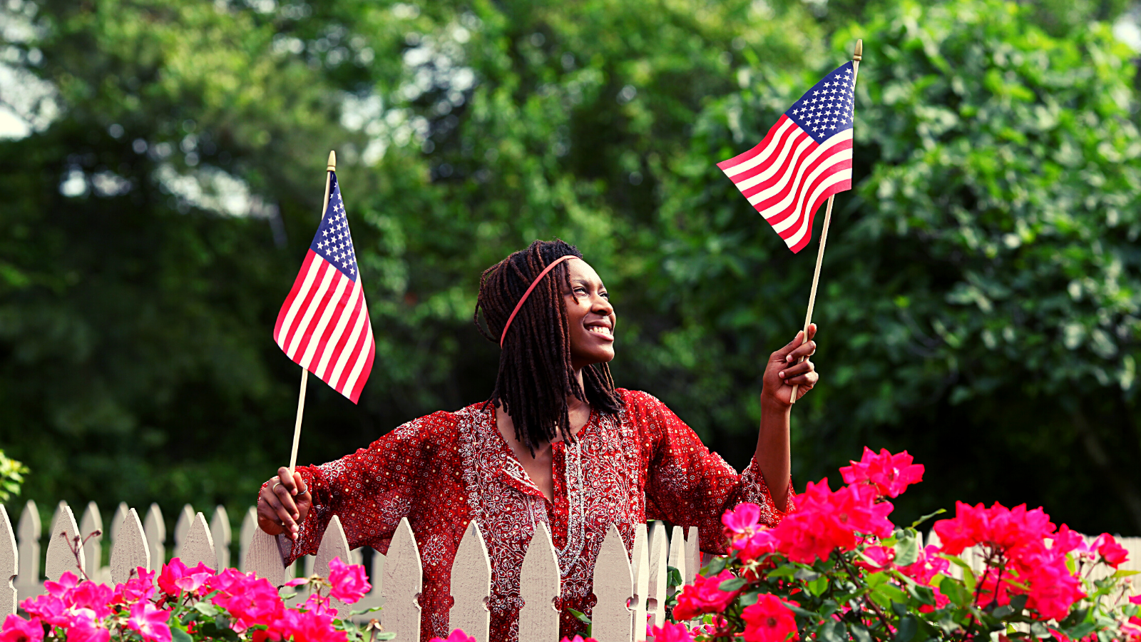Woman-holding-usa-flags-flowers